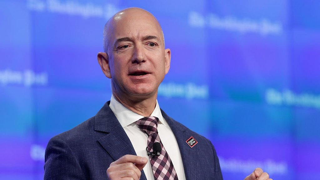 Jeff Bezos conduce sencillo modelo de auto a pesar de ser el hombre más rico del mundo