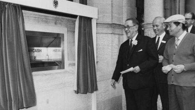 Así nos ha cambiado la vida el cajero automático desde hace 50 años