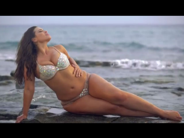 Video: Ashley Graham presume sus curvas en bikini para Sports Illustrated Swimsuit