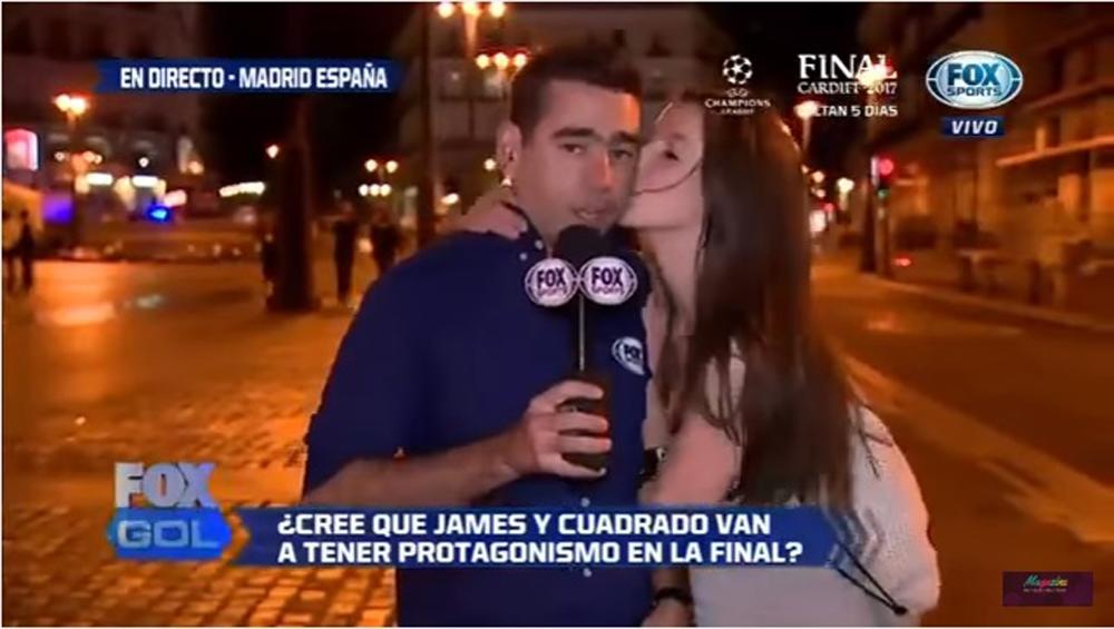 Video: aficionada sorprende a reportero de Fox Sports con un beso en vivo