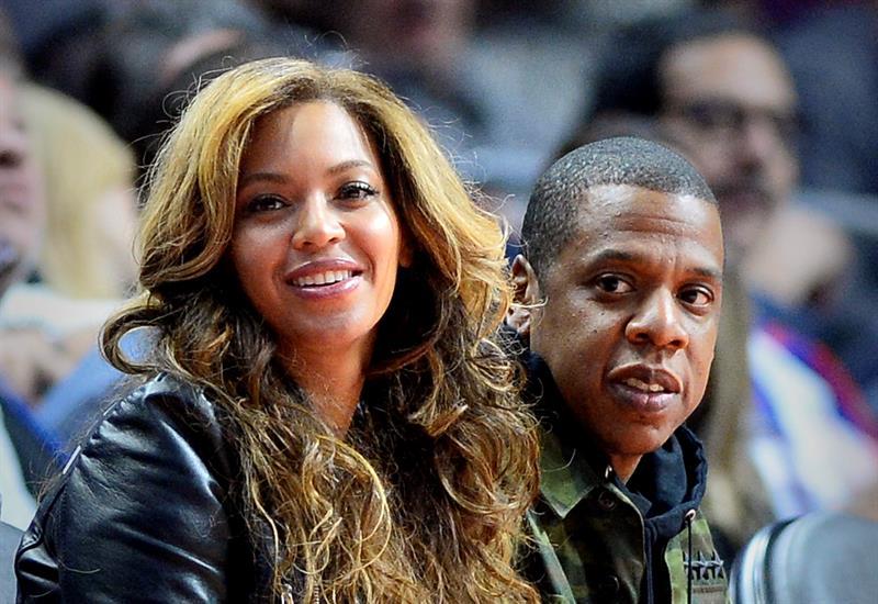 Video: Beyoncé y Jay Z pasan tremendo susto en pleno concierto debido a un espontáneo