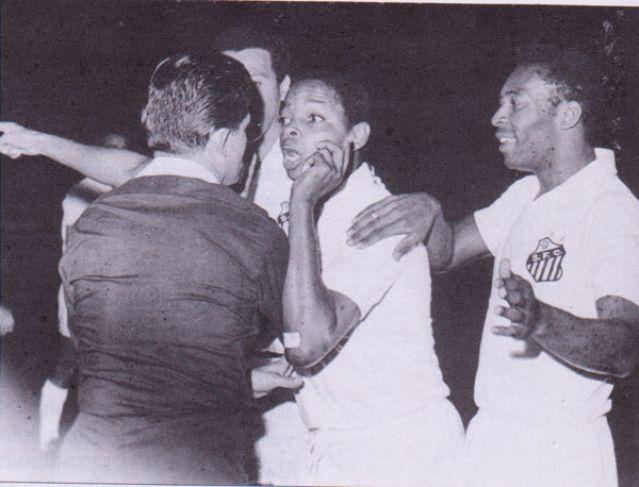 Murió el árbitro que tuvo que salir de un partido por expulsar a Pelé