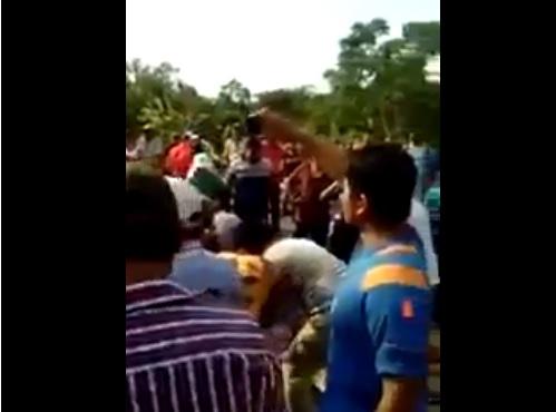 Tráiler vuelca con ganado en Tabasco, habitantes destazan a las reses