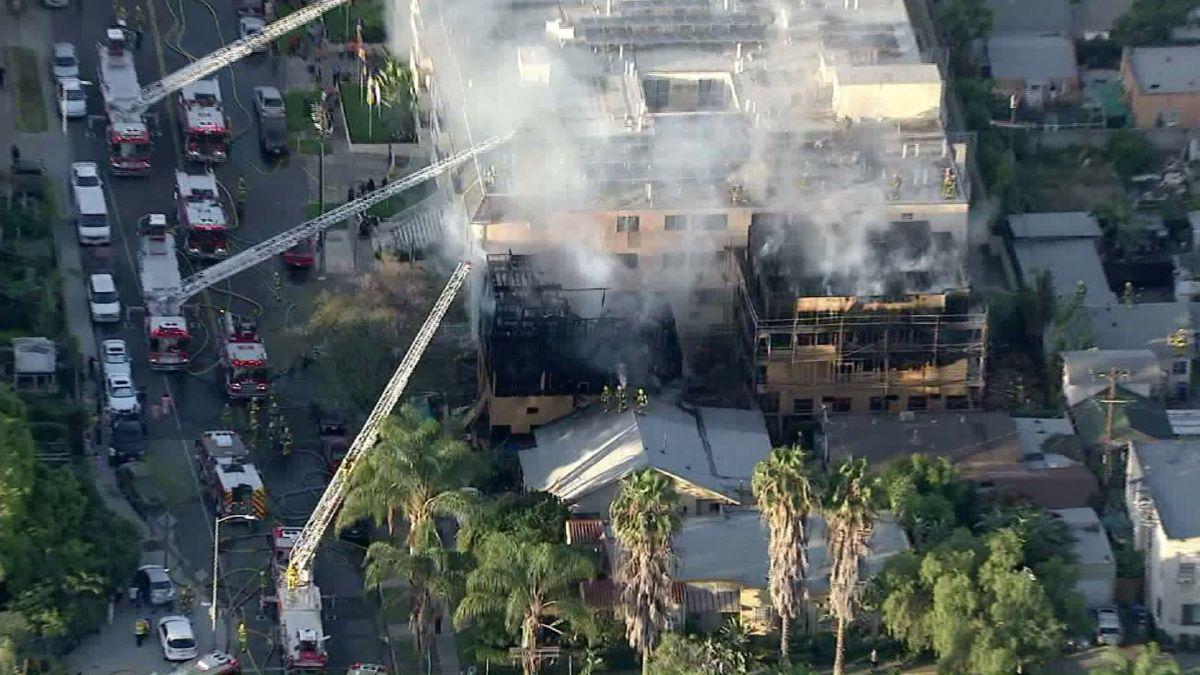 Incendio envuelve a tres edificios en East Hollywood