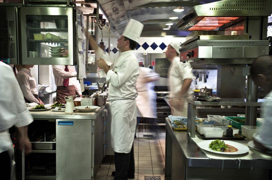 Restaurante pierde a 30 empleados tras visita de ICE