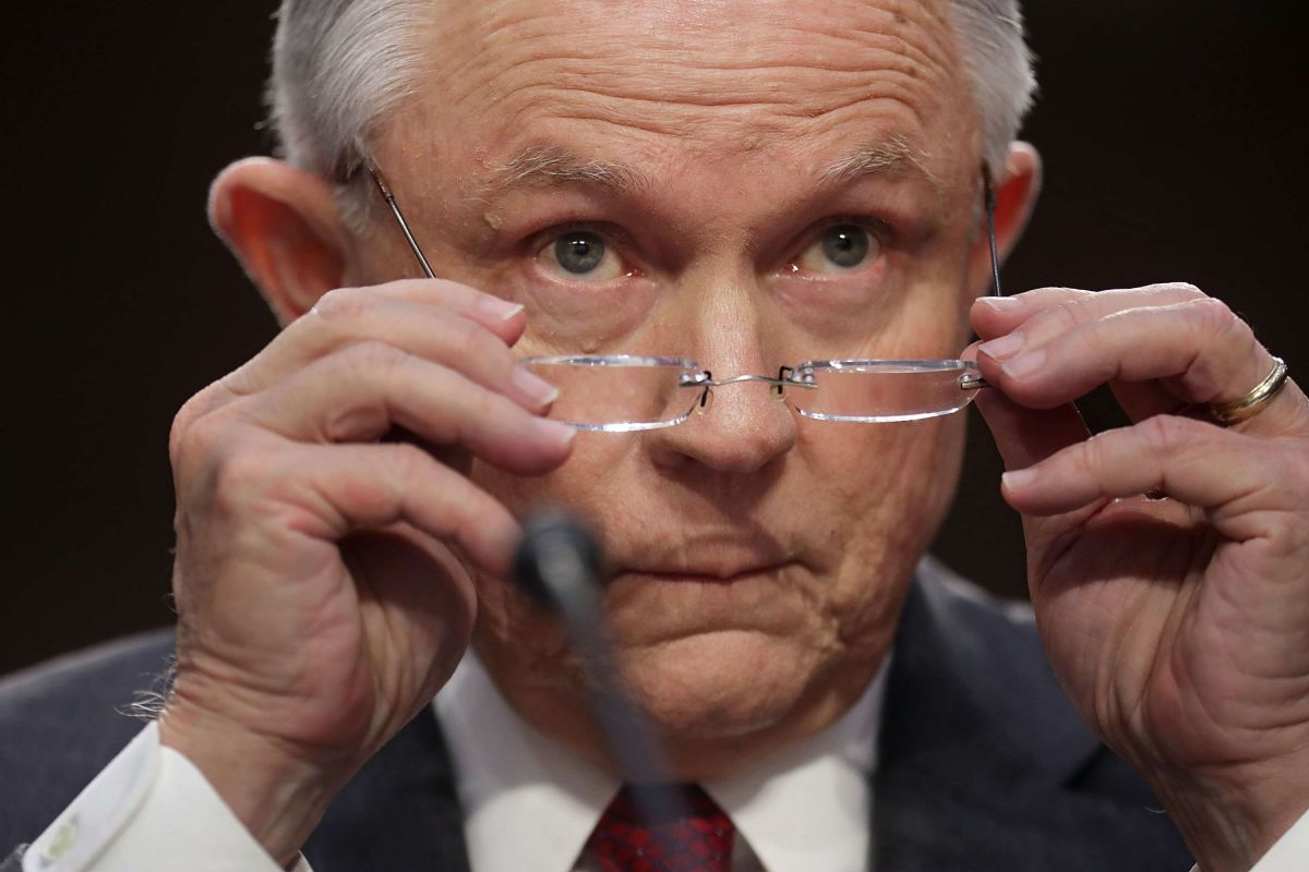 Sessions instó a Jerry Brown a no firmar.