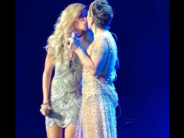 Video: ¡Gloria Trevi y Alejandra Guzmán se besan en la boca durante concierto!