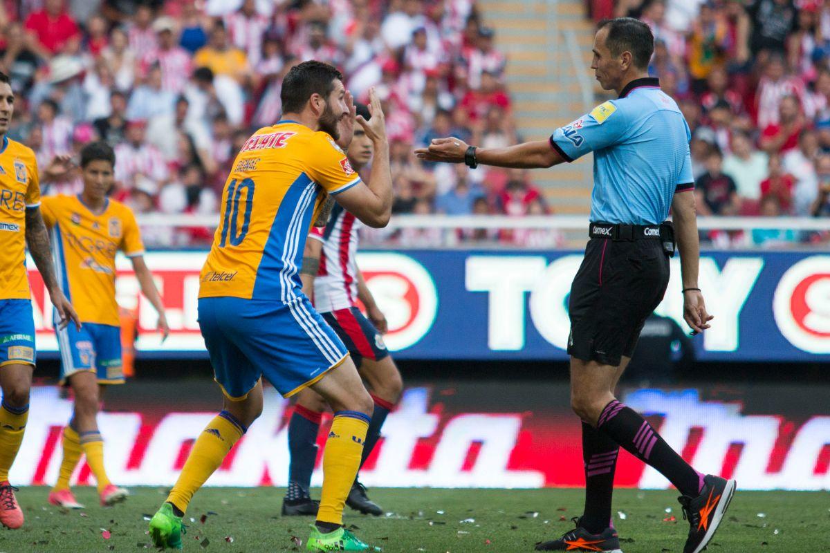 Premian al árbitro que no marcó el penal a Tigres en la Final como el mejor del torneo