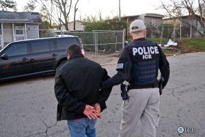 Esquina migratoria: enfrentó juicio por delito mayor antes, ¿tiene problemas al salir a México?