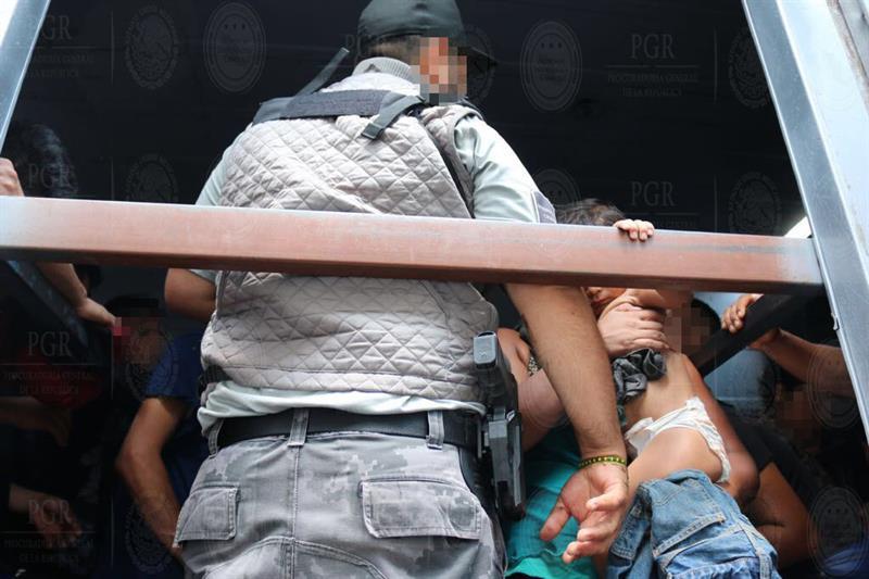 Salvan de la muerte a 40 indocumentados de Honduras que viajaban hacinados en un camión