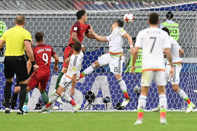 En el Portugal-México el árbitro vio este jalón y no lo quiso marcar