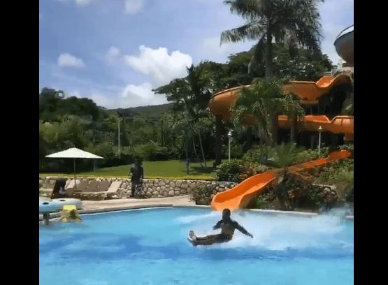 VIDEO: El hombre que se desliza sobre el agua sin ninguna ayuda