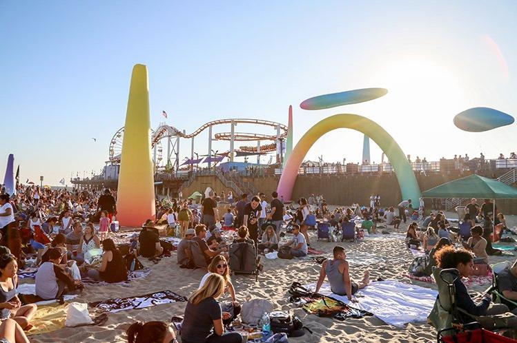 Una multitud récord invadió el muelle de Santa Monica y despertó inquietud en la policía