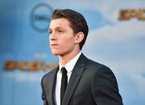 Tom Holland solo lleva un tanga bajo su ajustado traje de Spiderman