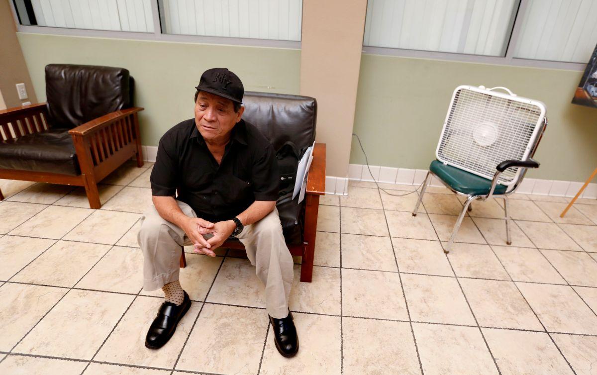 Carlos Ardón, de 70 años, carece de un hoga y acude a un centro para personas de tercera edad cuando la temperatura se vuelve insoportable.