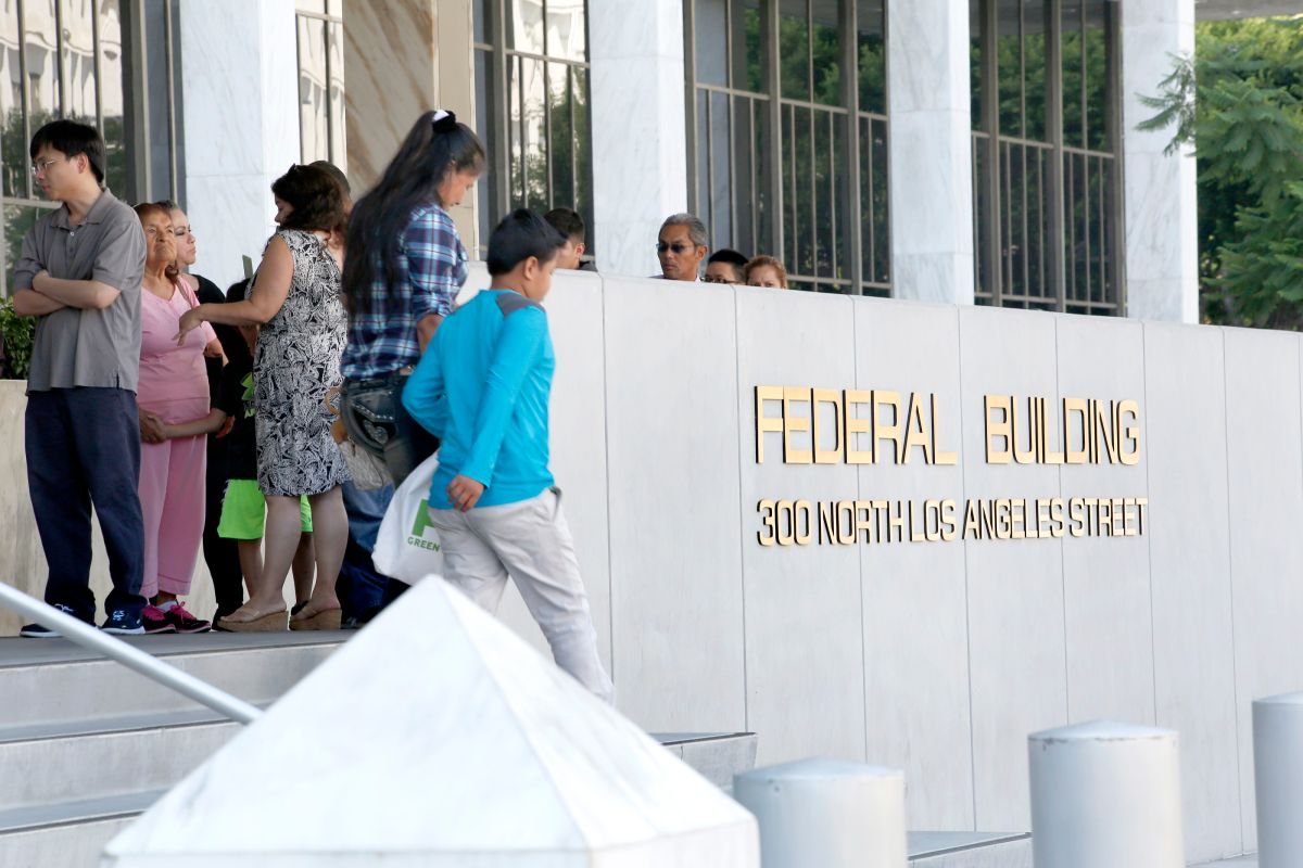 La gente espera afuera del edificio de los Federales