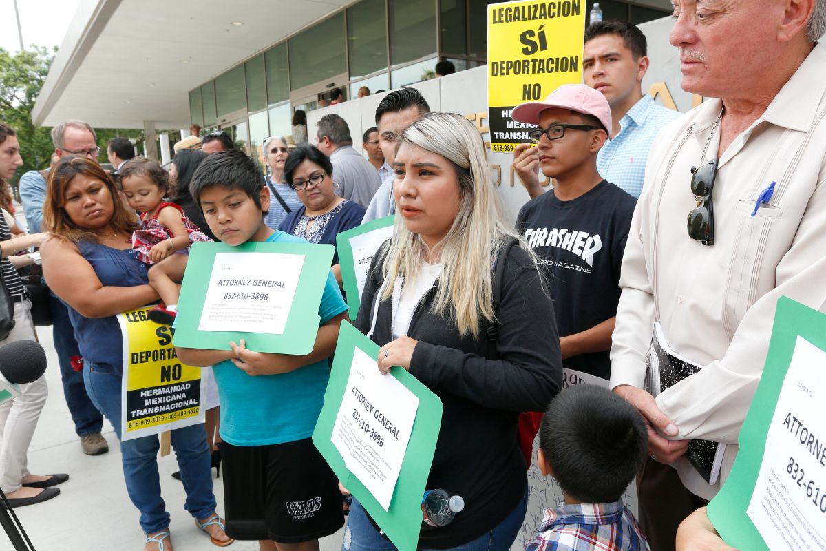 07/24/17/LOS ANGELES/ DACA recipients Leydi Pineda, 21, with brothers Mario Vargas, 17, and Yancy Vargas, 11, joined by a handful of protesters during a press conference in front of the Los Angeles Federal building, to call on Attorney General to support the DACA program. (Photo Aurelia Ventura/ La Opinion)