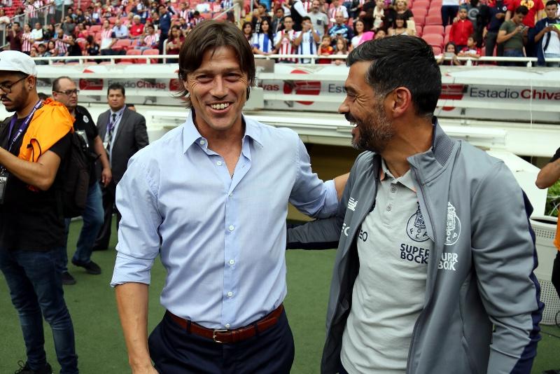 Los técnicos de Chivas y Porto  tras el partido de la Supercopa Tecate en Guadalajara.