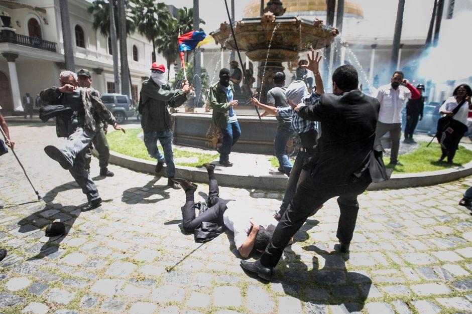 Venezuela: Diputados logran salir de Parlamento tras horas bajo asedio