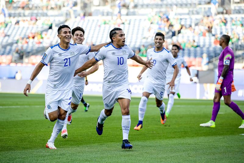 Bryan Tamacas y Rodolfo Zelaya de El Salvador celebran un gol en Copa Oro. EFE