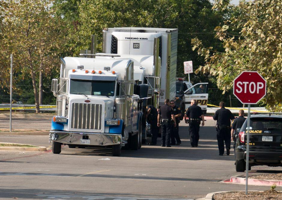 Camionero de tragedia de Texas dice que ignoraba que hubiera personas dentro