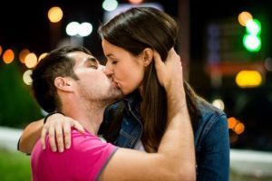 ¿Por qué inclinamos la cabeza hacia la derecha cuando besamos?