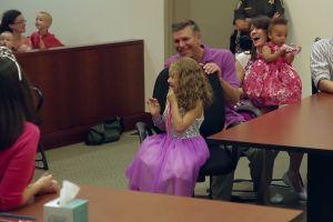 Video: El día de su adopción, ocurrió algo que marcó la vida de esta niña