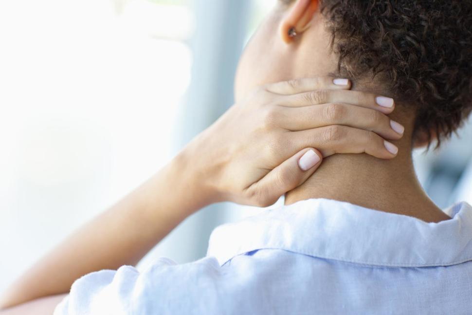 En lugar de los medicamentos, prueba estas estrategias para tratar el dolor de cuello y hombros