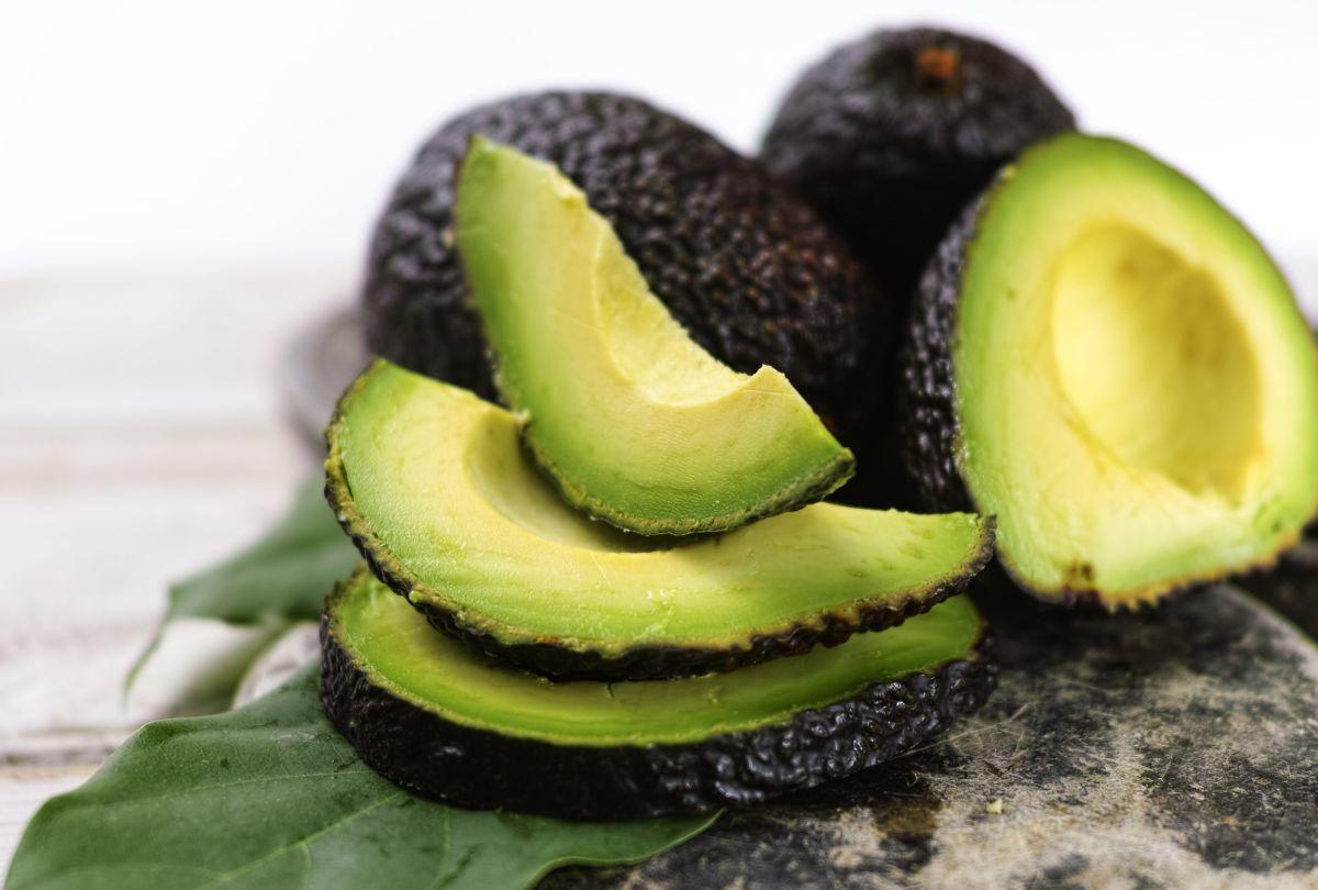 Entre sus beneficios, el aguacate ayuda a bajar los niveles del colesterol malo.