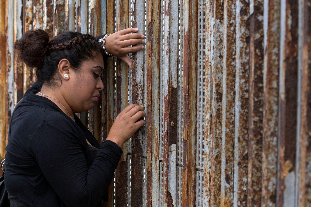 Se gradúa de la secundaria y decide celebrarlo en la frontera junto a su madre deportada
