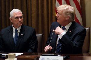 """Trump le hace saber a Pence que él es el """"gran jefe"""""""