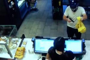 Video: Ladrón con máscara de Transformers termina apuñalado por cliente