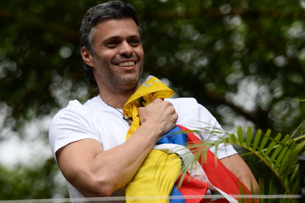 Leopoldo López saluda a sus seguidores desde su casa en Caracas el martes pasado. FEDERICO PARRA/AFP