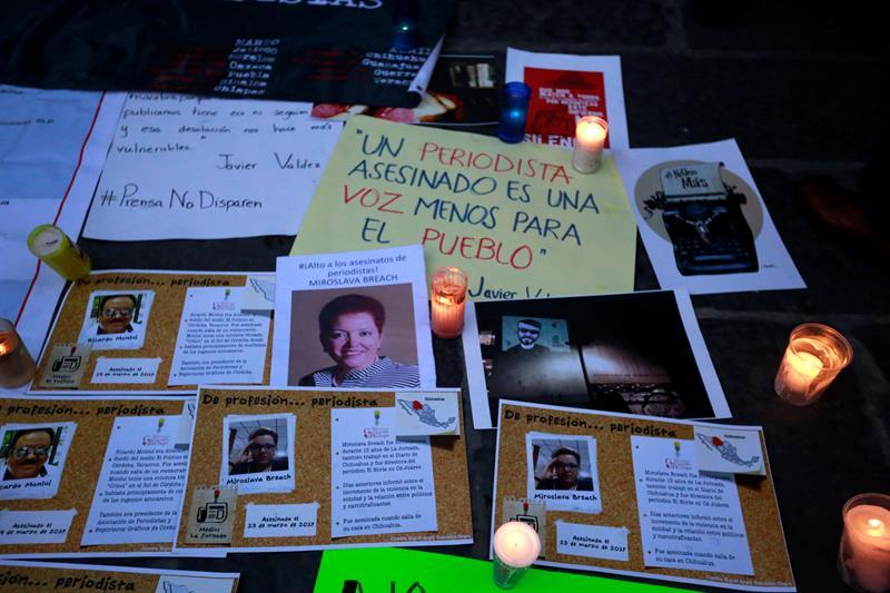 Un grupo de periodistas en una jornada de duelo por el asesinato del periodista Javier Valdez, en Puebla