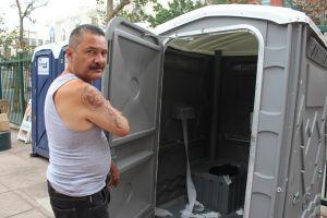 Regresión logística de los baños para indigentes de Skid Row y Venice