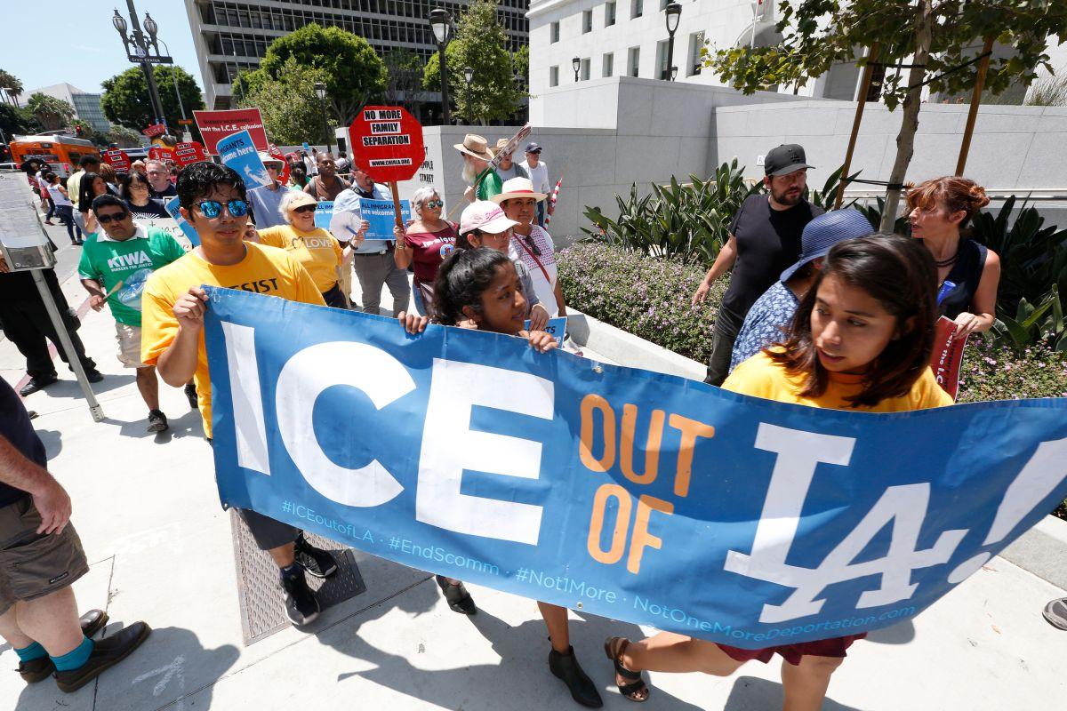 Manifestantes protestan por la colaboración del Sheriff de Los Ángeles con ICE. (Aurelia Ventura/ La Opinion)