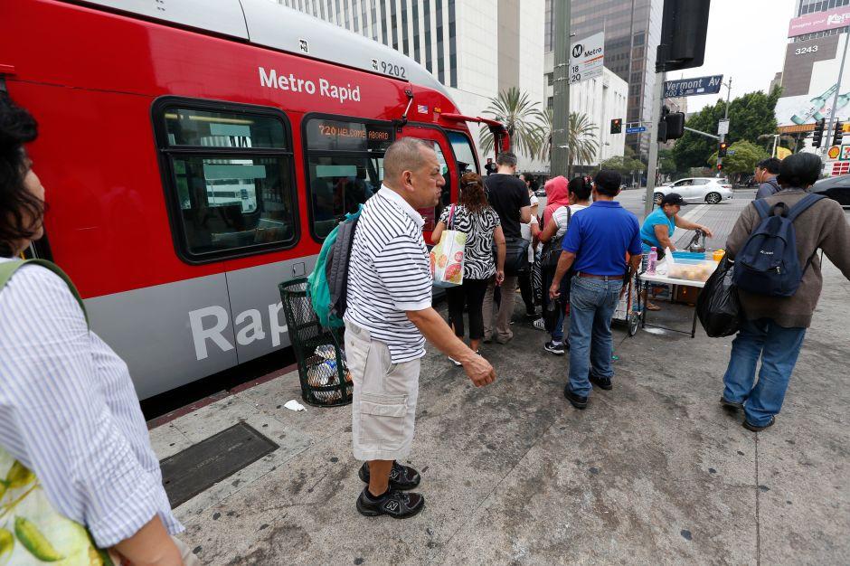 ¿Harto de esperar el bus? Prometen agregar unidades y mejorar el servicio en Los Ángeles