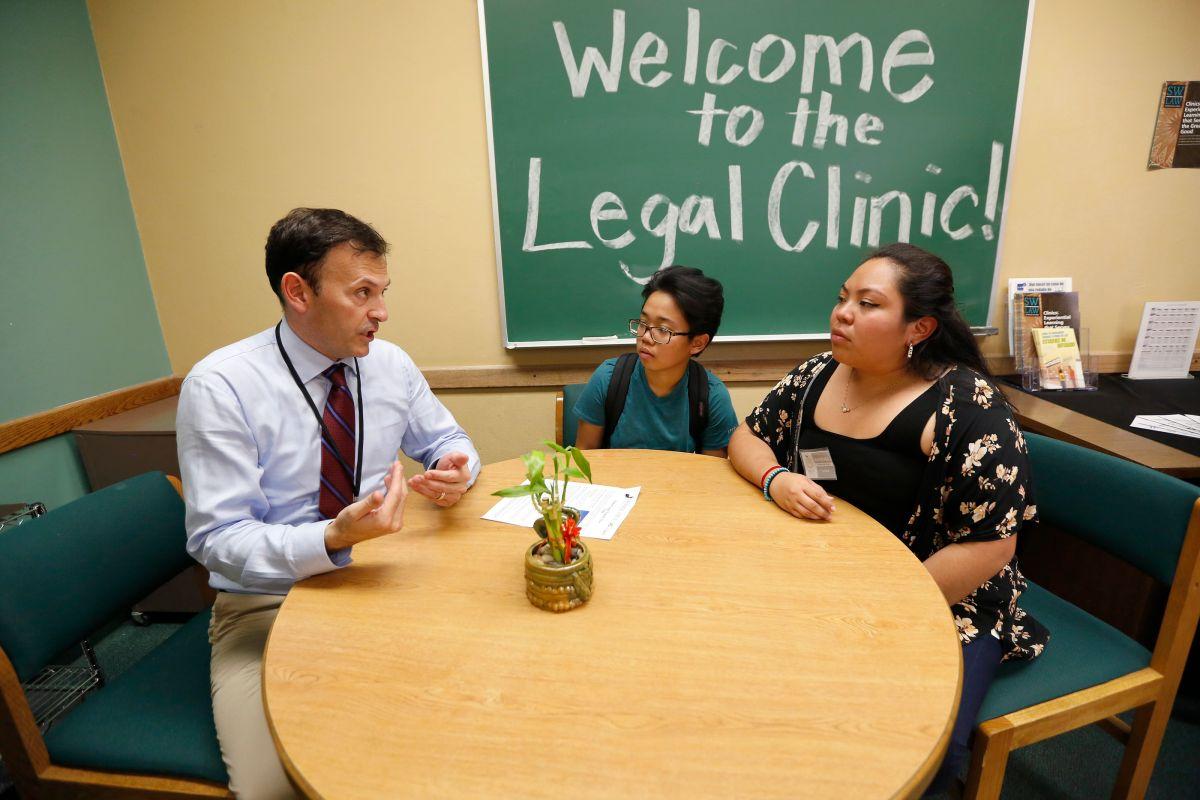 Inauguran clínica de ayuda legal en universidad de Northridge