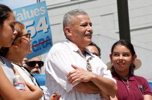 'No tengan miedo de llevar a sus hijos a la escuela, es su derecho' dice padre inmigrante que evitó la deportación