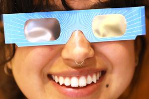 """Cómo asegurarse de """"no quedarse ciego"""" al ver el eclipse solar total del 21 de agosto"""