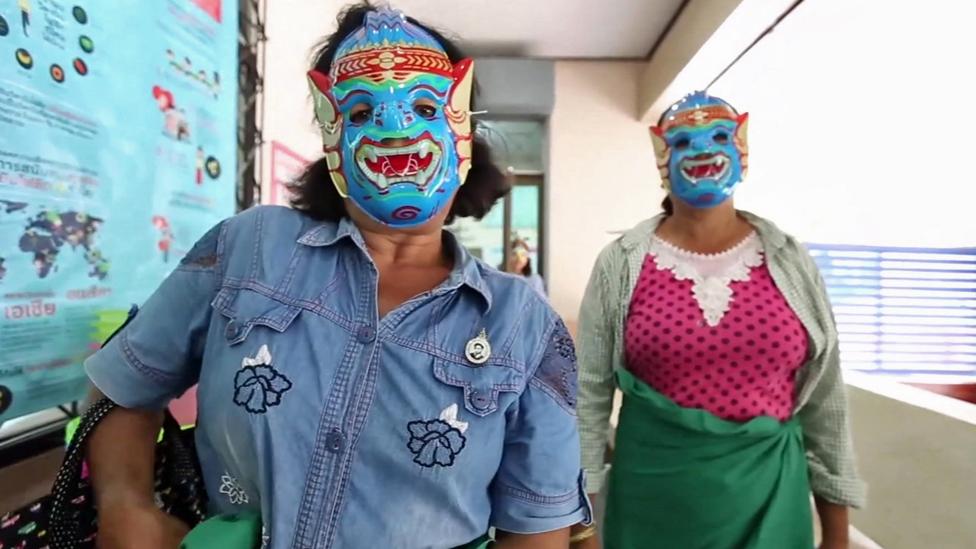 Cómo una máscara ha ayudado a detectar cáncer cervicouterino en Tailandia