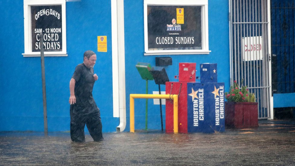 El colosal huracán Harvey baja a tormenta tropical pero sigue siendo una amenaza