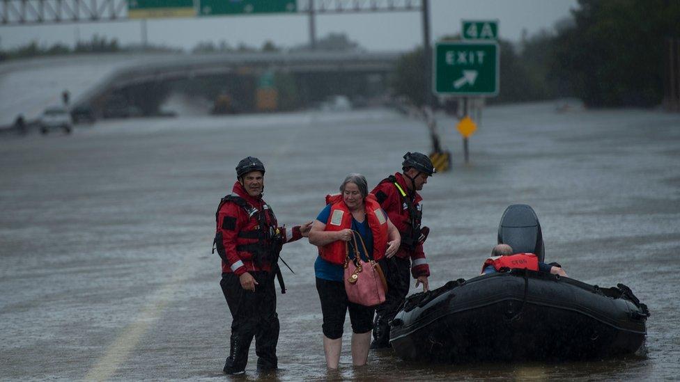 """""""La inundación más devastadora en la historia de Houston"""": emergencia en la cuarta ciudad más grande de EEUU tras el paso de la tormenta Harvey"""