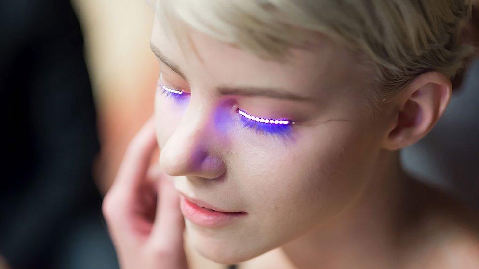 Pestañas LED son una amenaza para los ojos