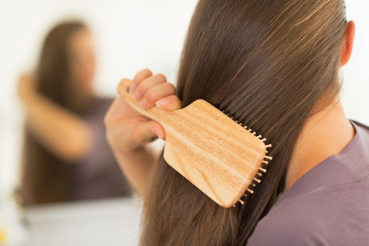 Cepillar el cabello con frecuencia ayuda a mantenerlo saludable.