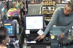 Una misma persona atraca dos gasolineras en Buena Park, según sospecha la policía