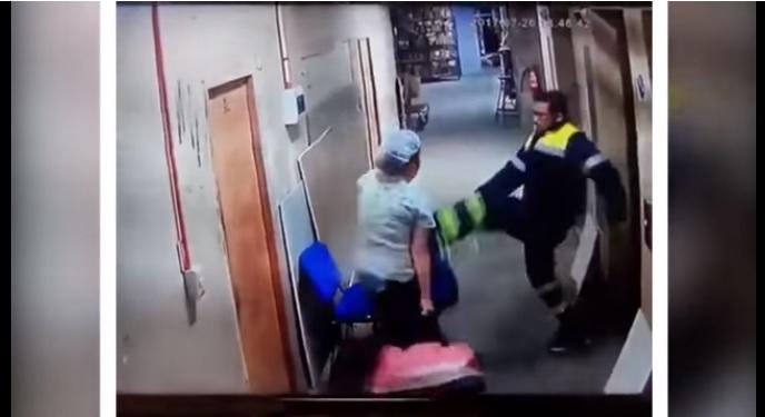 VIDEO Indignación en Chile, paramédico patea a su esposa embarazada