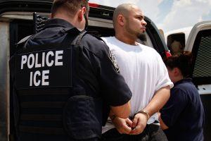 """Juez bloquea temporalmente ley SB-4 """"muéstrame los papeles"""" de Texas"""