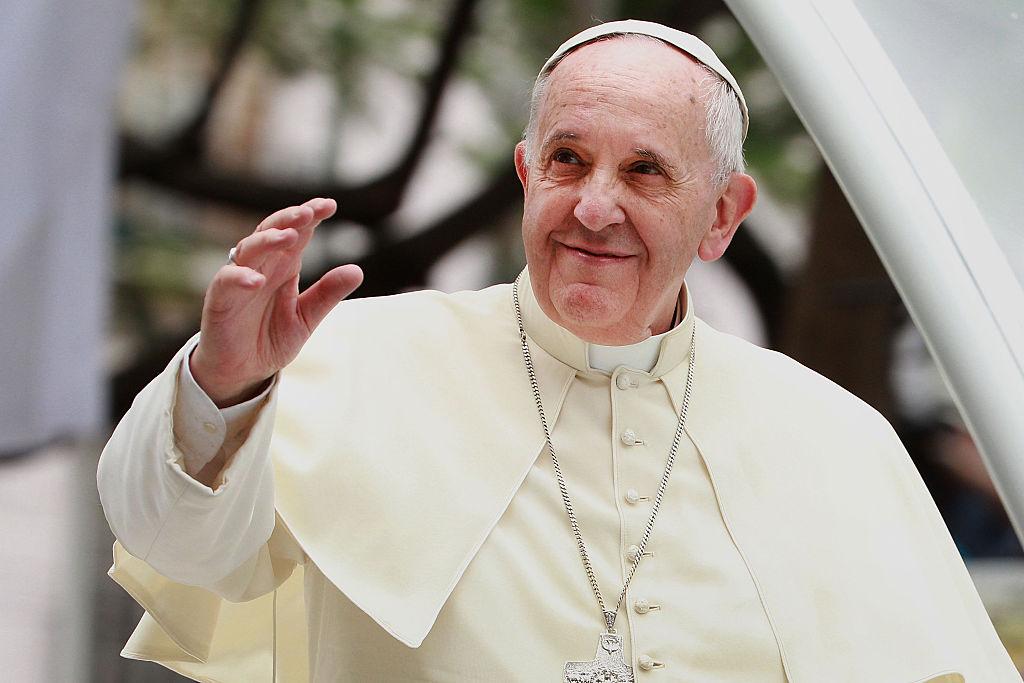El Papa Francisco cumple 81 años, sopla  su vela en una enorme pizza