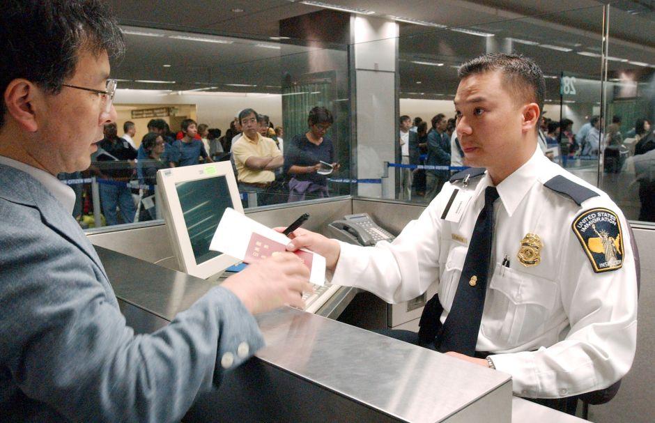 Cónyuges de inmigrantes con visa  H-1B en la mira de Donald Trump